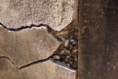 Sprickor i betongvägg Royaltyfri Fotografi