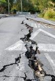 Sprickor i en väg som orsakas av ett jordskalv Arkivfoton