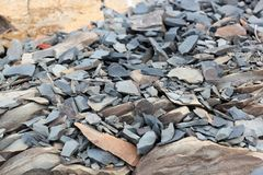 Sprickor och färgrika lager av sandstenbakgrund En stor hög av sandstenar, lagringsutrymme av olik naturlig sandsten Patten Royaltyfri Bild