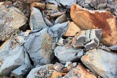 Sprickor och färgrika lager av sandstenbakgrund En stor hög av sandstenar, lagringsutrymme av olik naturlig sandsten Patten Royaltyfri Fotografi