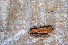 Sprickor och skrapor på väggen Royaltyfri Foto