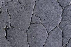 sprickor på asfalten, vägförstörelse, härlig abstrakt bakgrund av sprickor arkivfoton