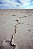 Sprickor på den torra salta sjön, centrala Australien Royaltyfri Bild
