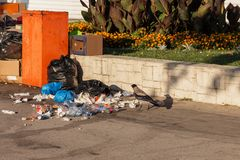 Spridd avskräde på gatorna av semesterortstaden arkivfoto