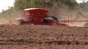 Spridd gödningsmedel för maskin på kultiverad fältjord i höst stock video