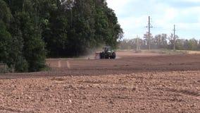 Spridd gödningsmedel för traktor på kultiverat fält i höst lager videofilmer