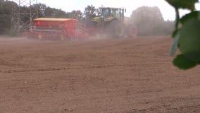 Spridd gödningsmedel för traktor på kultiverat fält Trädsidaflyttning arkivfilmer