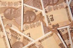 Spridd indier 10 rupie valutaanmärkningar royaltyfria bilder