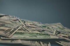 Spridd n?rbild f?r dollarr?kningar femtio dollar bl? bakgrund royaltyfria foton