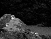Spridda diamanter på sanddyn arkivfoto