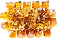 Spridda gula Monocrystalsyntetmaterialdiamanter Arkivfoto