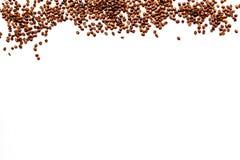 Spridda kaffebönor på vit copyspace för bästa sikt för tabell klart bruk för bakgrundskaffe Royaltyfri Foto