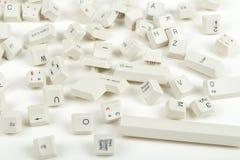 Spridda tangentbordtangenter på vit Arkivfoton