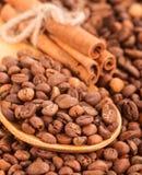 Spridning av kaffebönor och kanelbruna pinnar. Royaltyfri Fotografi