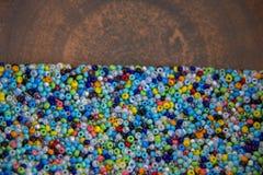 Spridning av många små mång--färgade prydde med pärlor pärlor Royaltyfria Bilder