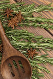 Sprigs розмаринового масла с деревянной ложкой Стоковое Изображение