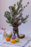 Sprigs состава пасхи вербы и покрашенных яя стоковые фотографии rf