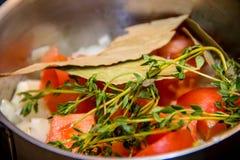 Sprigs oregano w gorącym warzywo pomidory, pieprze, Fotografia Stock