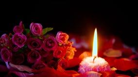 Sprikles różani płatki, bukiet i świeczka płonący materiał filmowy, Dekoracji walentynki zbiory
