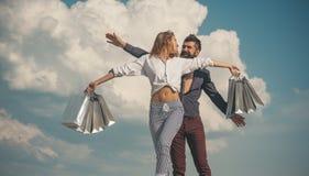 Spring элегантности Соедините счастливые покупки Хозяйственные сумки и продажа стоковые изображения rf