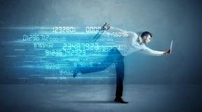 Spring för affärsman med apparat- och databegrepp Arkivfoto