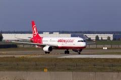 Spring för flygplan för AtlasGlobal flygbuss A321-200 på landningsbanan Arkivfoto