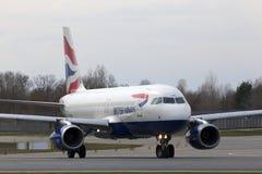 Spring för flygplan för British Airways flygbuss A320-200 A320-200 på landningsbanan Royaltyfria Bilder