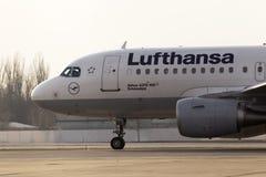 Spring för flygplan för Lufthansa flygbuss A319-100 på landningsbanan Arkivbild