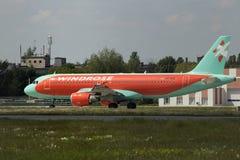 Spring för flygplan för WindRose flygbuss A320-212 på landningsbanan Arkivbild