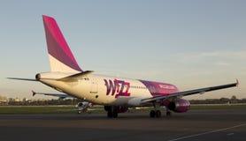 Spring för flygplan för Wizz Air flygbuss A320 på landningsbanan Royaltyfri Foto
