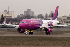 Spring för flygplan för Wizz Air flygbuss A320-232 på landningsbanan Royaltyfria Bilder
