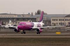 Spring för flygplan för Wizz Air flygbuss A320-232 på landningsbanan Arkivfoto