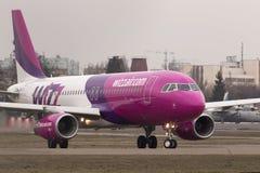 Spring för flygplan för Wizz Air flygbuss A320-232 på landningsbanan Fotografering för Bildbyråer