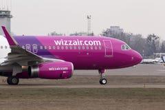 Spring för flygplan för Wizz Air flygbuss A320-232 på landningsbanan Royaltyfri Foto
