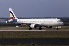 Spring för flygplan för Olympus flygbolagflygbuss A321-200 på landningsbanan Arkivfoton