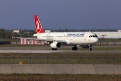 Spring för flygplan för Turkish Airlines flygbuss A321-200 på landningsbanan Arkivbilder