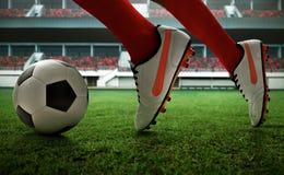 Spring för fotbollspelare på fältet royaltyfri fotografi