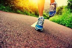 Spring för konditionkvinnalöpare på slinga Fotografering för Bildbyråer