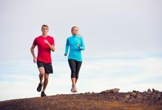 Spring för konditionsportpar som utanför joggar Fotografering för Bildbyråer