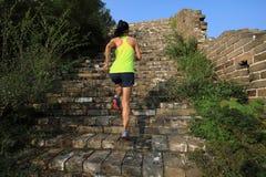 Spring för kvinnaslingalöpare på den stora väggen Royaltyfri Bild