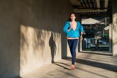 Spring för kvinnlig idrottsman nen med copyspace royaltyfria bilder