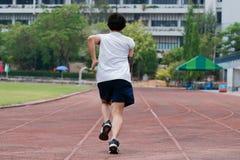 Spring för löpareidrottsman nenman på trackracen Jogga för sunt begrepp royaltyfri bild