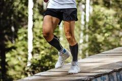 Spring för maratonlöpare i skog Arkivbild