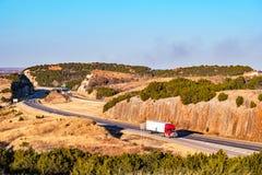 Spring för mellanstatlig huvudväg till och med ett slingrigt stenigt passerande Arkivfoton