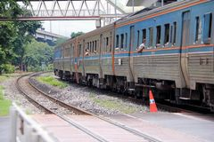 Spring för SRT-inter-stadsdrev på stänger i Thailand, metalljärnväg av drevet som är parallell med järnvägen av det elektriska dr Royaltyfri Bild