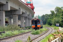 Spring för SRT-inter-stadsdrev på stänger i Thailand, metalljärnväg av drevet som är parallell med järnvägen av det elektriska dr Arkivbilder