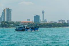 Spring för turist- fartyg för tappning på havet i den Pattaya fjärden Arkivbild
