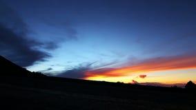 Spring för ultrarapidkonturpar på solnedgången