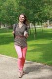 Spring för ung kvinna i en parkera Fotografering för Bildbyråer