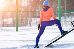 Spring för ung kvinna i vinter royaltyfria bilder